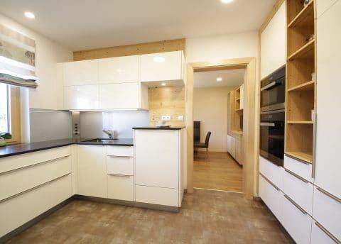 Küche mit Lackoberflächen und Altholz