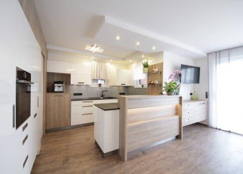 Küche mit Speis und Kochinsel nach Renovierung vom Tischler