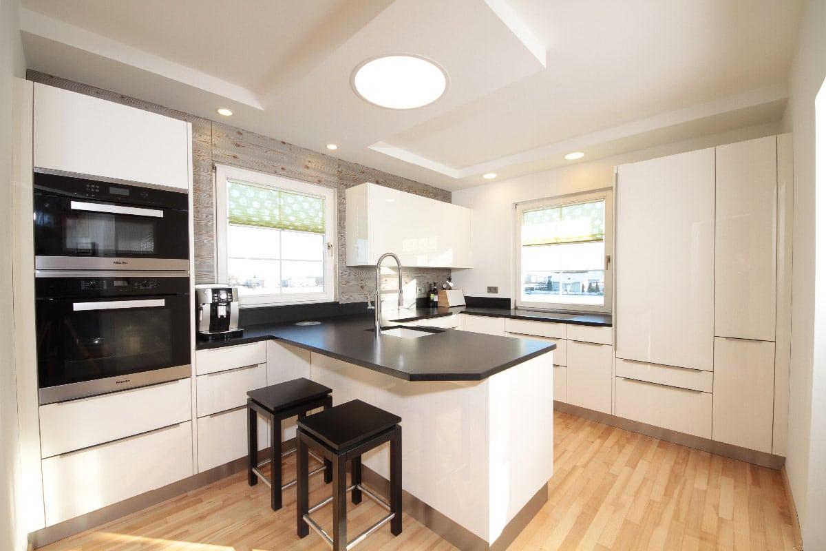 Moderne Küche in hochglanz und metallic Tischlerei Winter