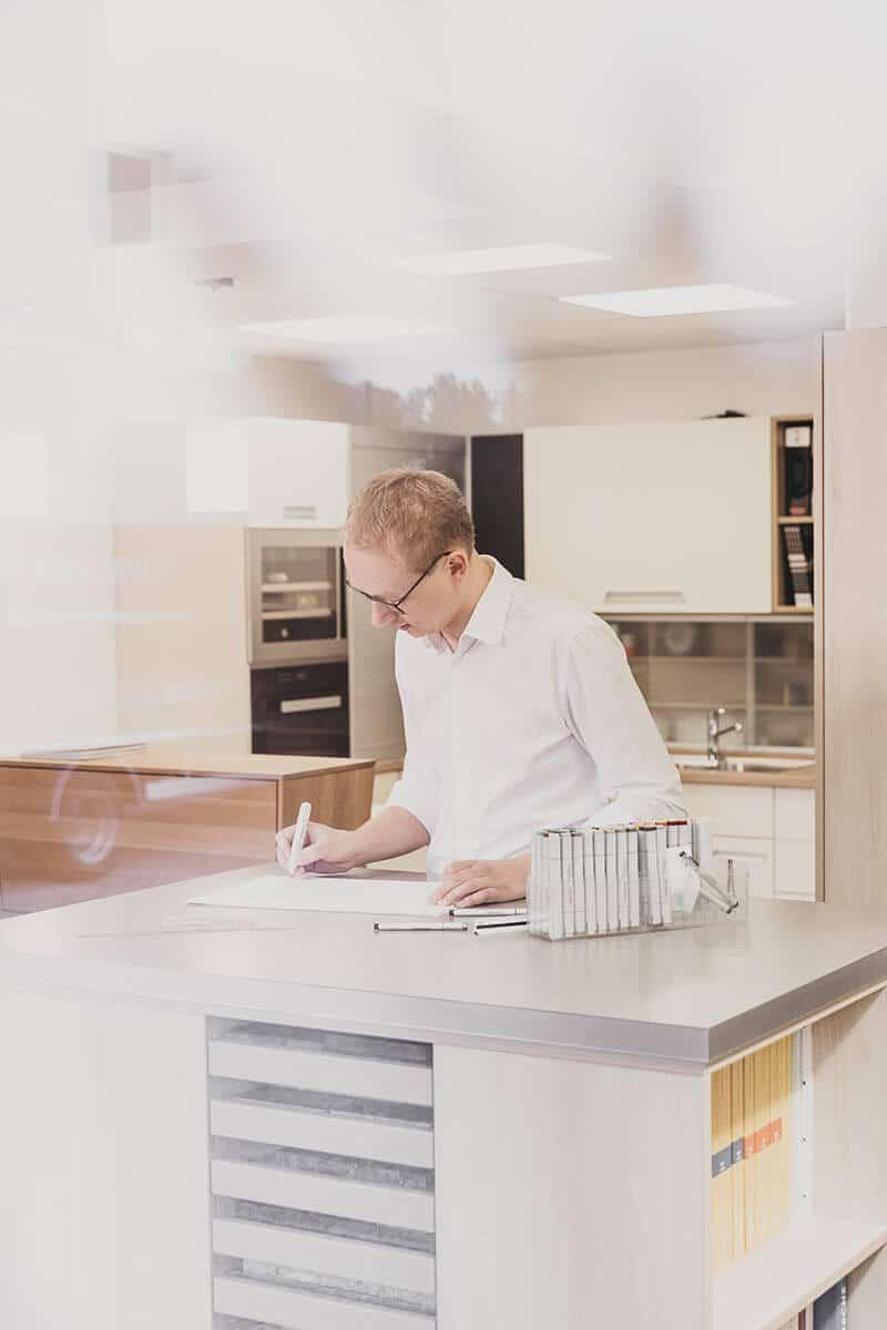 Jochen Winter bei der Planung einer Küche