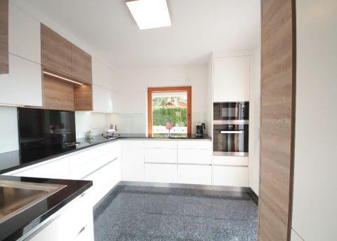 Küche in modernem Weiß