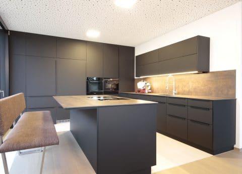 Schwarze Küche mit Speis Tischler